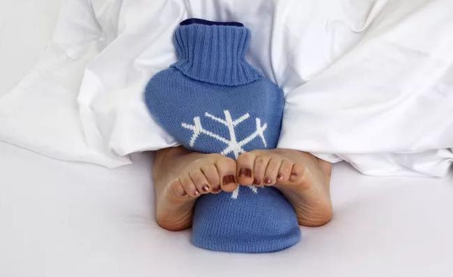 女性晚上容易手脚冰凉是什么原因?秋季女性应该怎样调理手脚冰凉?