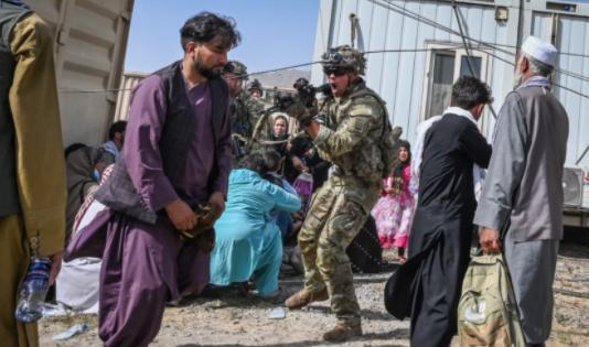 640名阿富汗人挤爆美军机逃离 喀布尔机场混乱局面不断