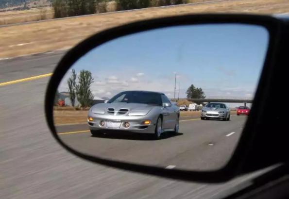 开车并线要注意哪些问题? 学会这几个技巧能大大减少事故发生率