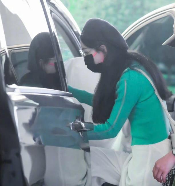 赵丽颖素颜现身机场 翠绿色针织衫搭白色裤子