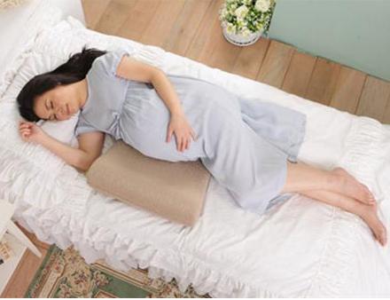 秋季孕妇的正确睡姿是怎样的?最全怀孕早中晚期孕妇正确睡姿推荐