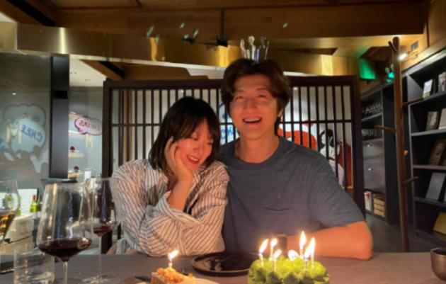 演员黄璐晒照疑似宣布恋情 两人大方依偎在一起举止十分亲密