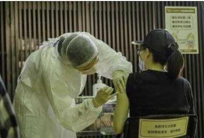 台产疫苗施打第一天 有人当场昏倒有人喘不过气
