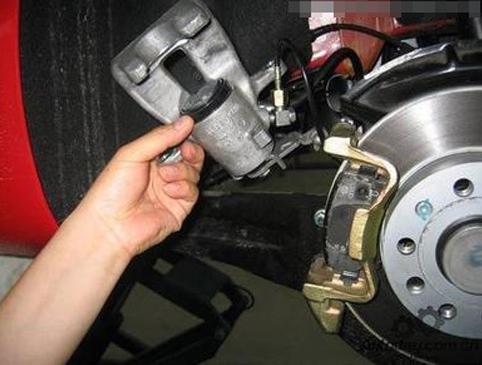 你知道刹车失灵的前兆有哪些吗? 提前感知可能发生的故障可以减少安全隐患