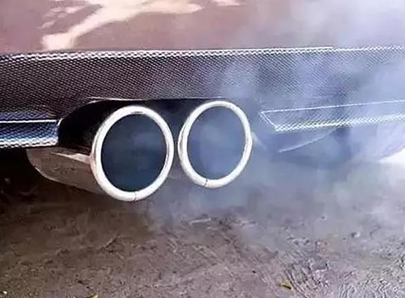 出现这些情况说明你的车烧机油了 要预防也很简单学会这两招就行