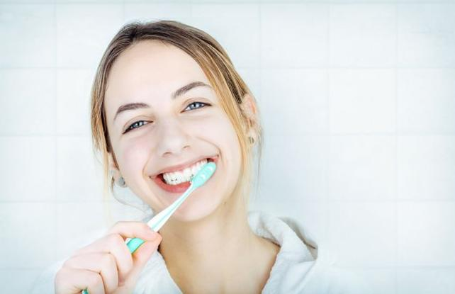 早上起床不刷牙就喝水好吗?秋季我们如何通过刷牙来保护牙齿?