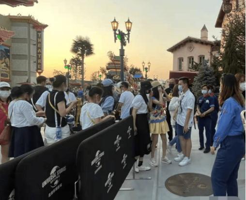 网友在北京环球影城偶遇佟丽娅 丫丫五官精致气质好与路人合影没架子