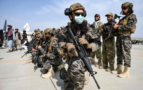 """缴获了美式武器的塔利班""""阅兵员""""在坎大哈炫耀不止"""
