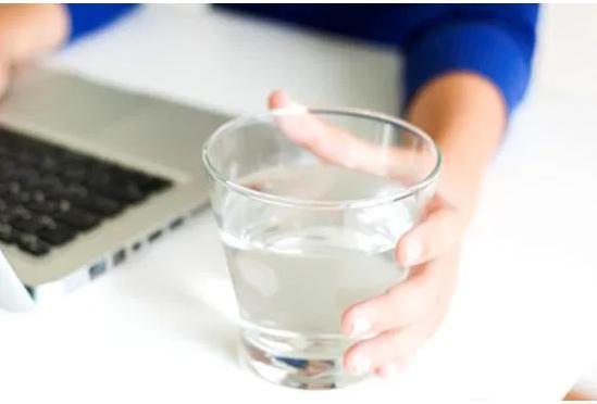 为什么说早上起来要空腹喝一杯温开水对身体好呢,但你喝对了吗?