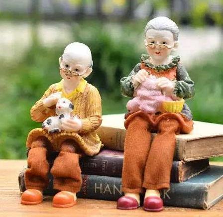 74岁玩具医生老人开了全国唯一一家玩偶医院,专为布娃娃看病!