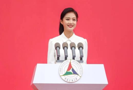 中国传媒大学校花冯琳再次成为领诵员 朗诵主题是《新征程,新一步》