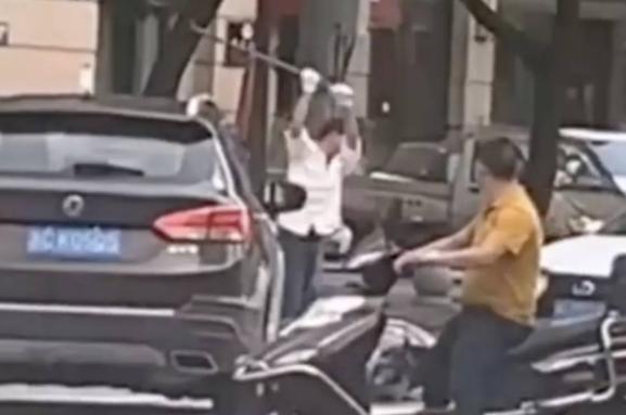 浙江一男子当街持棍打死他人 疑因感情纠纷故意驾车撞人