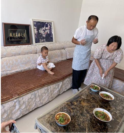 远在家乡枣阳的弟弟学做牛杂面等待哥哥聂海胜回家!