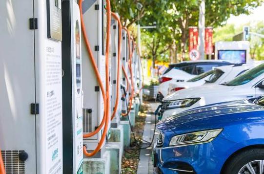 国庆期间充电站不够用问题明显 电动车到底能不能长途出行?