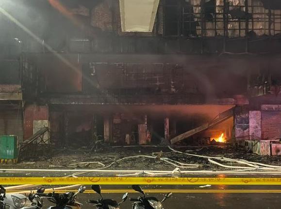 台湾高雄大楼深夜陷火海 台湾高雄大楼深夜陷火海起火原因不明