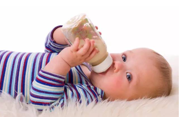 婴儿出生后3~6周内,千万不要给婴儿奶瓶和橡胶奶嘴,不要喂补充性的配方奶!
