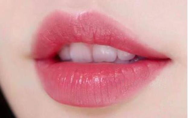 擦口红之前要擦润唇膏吗?怎样在短期内卸除口红?