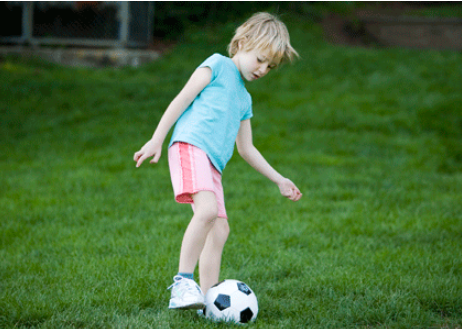 孩子多大学足球比较好?孩子学踢足球有什么好处?
