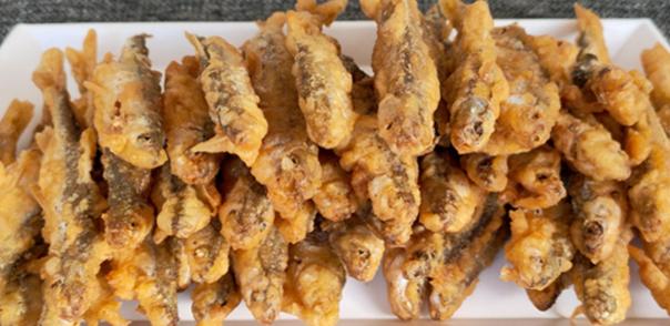 炸小鱼是一道家常美食!炸小鱼用面粉和淀粉那个更好?教你正确做法,酥脆好吃不回软