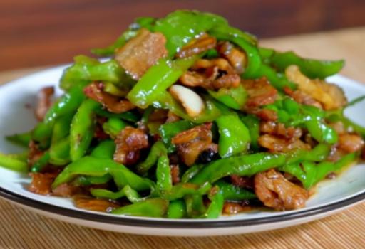 做辣椒炒肉,先炒辣椒还是肉?辣椒炒肉的正确做法?掌握正确的方法,口感更软嫩