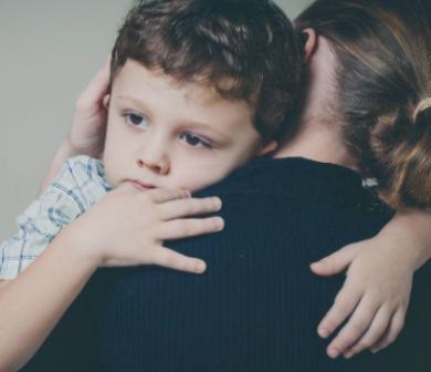 内心自卑的孩子,对别人的态度变化敏感,父母发现后需格外注意