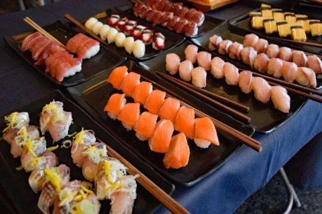 吃自助餐时,聪明人专挑这4种美食!营养美味还能吃回本。