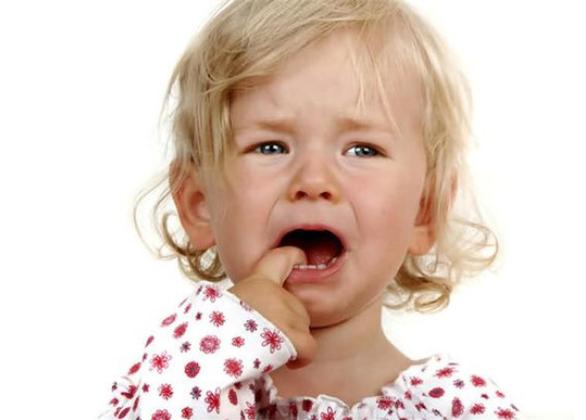 宝宝总喜欢敲打自己的头,是好玩还是不舒服?宝宝为什么会有这些行为?