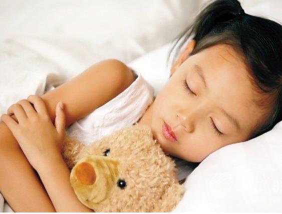 孩子每天睡多久才够?睡眠不足会对孩子造成哪些负面影响?家长们可以参考哪些睡眠原则