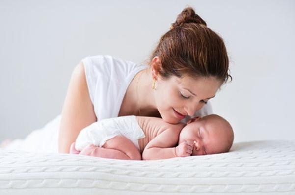 为什么新生儿抱着睡很香,一放下就醒呢?如何将睡着的宝宝平稳的从怀里转移到床上?