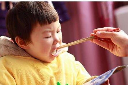 为什么家长喜欢给孩子喂饭?长期给宝宝喂饭,有哪些坏处?