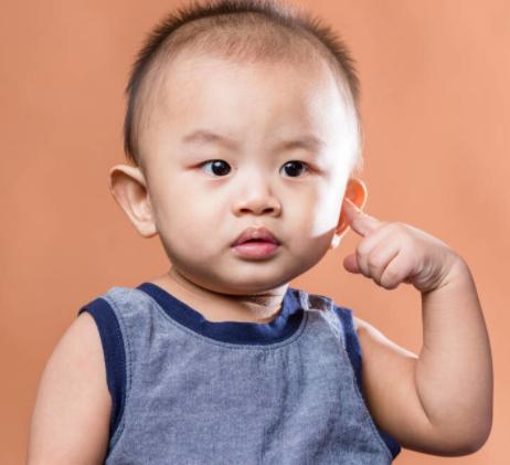 宝宝为什么频繁揪自己耳朵?看似呆萌可爱,实则有大学问,家长需引起重视