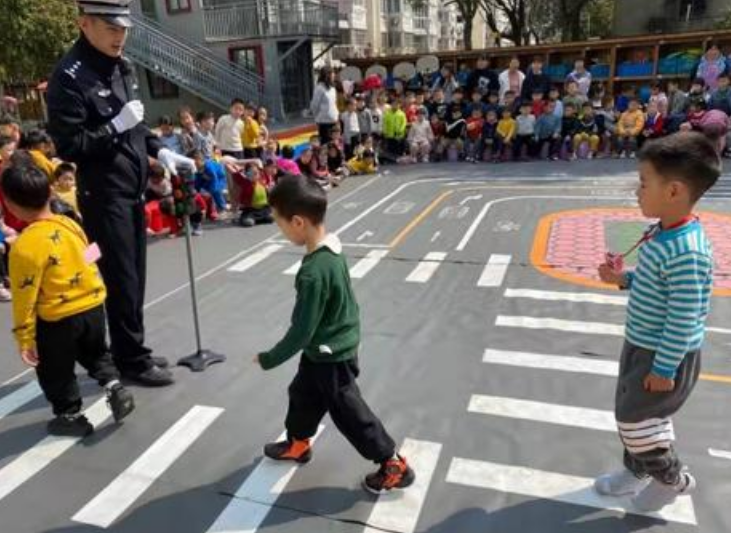 幼儿园开展交通安全体验课:道路千万条,安全第一条,交通安全知识,要从小抓起