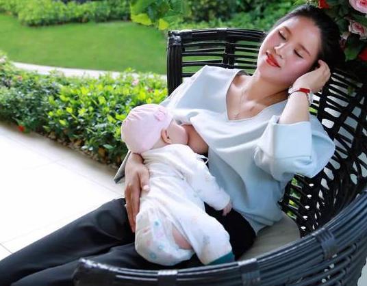 哺乳期妈妈怎样选择外出时间?带宝宝出门哺乳期妈妈需要做哪些准备?
