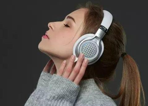 长时间戴耳机会导致失聪吗?2021我们如何保护听力?