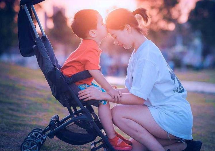 秋季哺乳期妈妈如何选择外出时间?秋季带宝宝出门要准备什么?