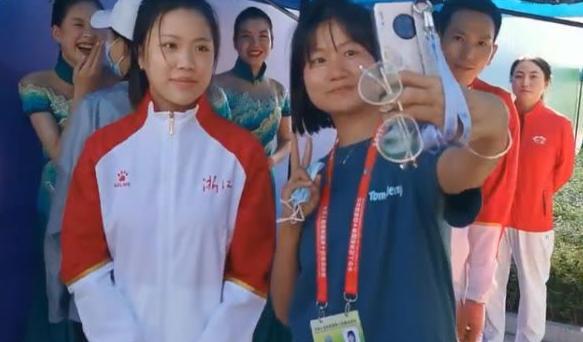 杨倩夺冠后成大型追星现场,网友:这才是我们该追的星!