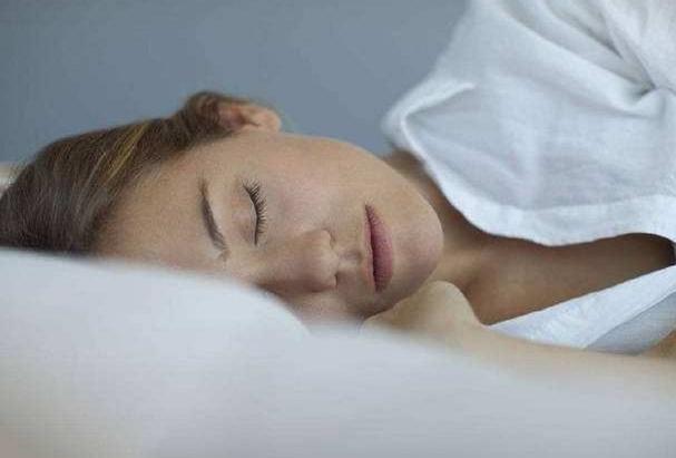 女人想要睡眠好牢记睡前四不带,睡得好了皮肤才会越来越细嫩