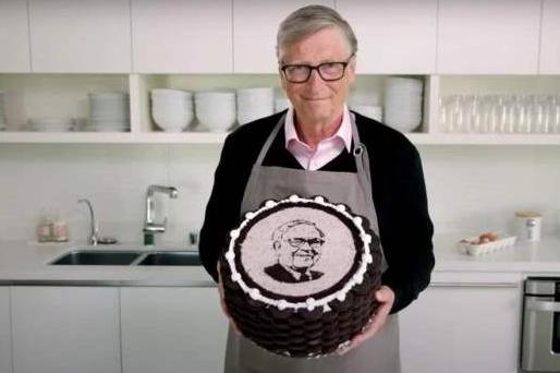 盖茨亲手做蛋糕为90岁巴菲特庆生 蛋糕的原材料你不可能想到!