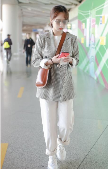 杨紫亲身示范告诉你,风衣配半身裙时尚显瘦,可腿粗裙长别到腿肚?