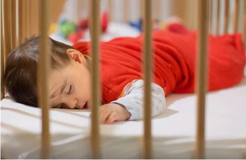 宝宝想要翻身时的表现有哪些?发出以下信号时宝宝才是真正想要翻身