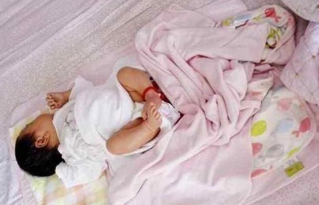 为什么宝宝睡觉总喜欢踢被子?怎样解决夏季宝宝爱踢被子的问题?