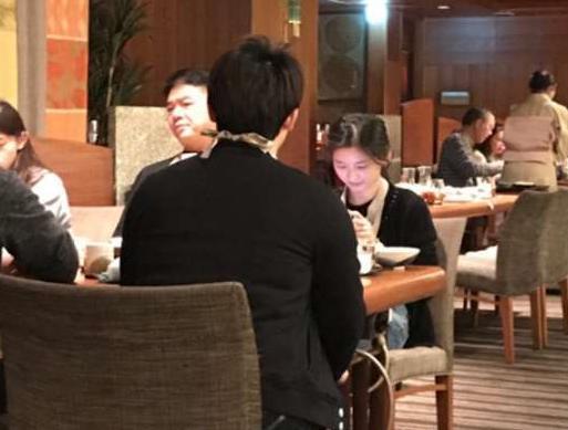 刘强东和章泽天现身聚会,奶茶妹妹依旧似少女