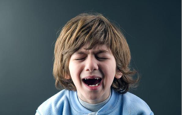 爱哭的孩子和憋着不哭的孩子,长大后会有什么区别呢?