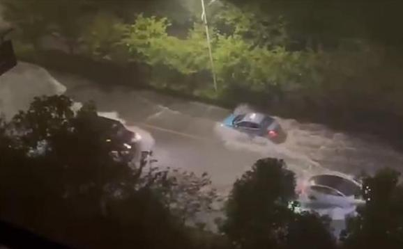愿平安!杭州昨晚暴雨突袭:开车如行船