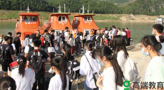 直击多地高考首日重庆高三学生坐船赶考 高考首日新闻果洛考生在帐篷里高考