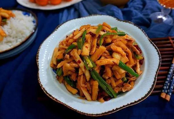 此菜过去每家每户都吃,配上辣椒一起炒,开胃又下饭