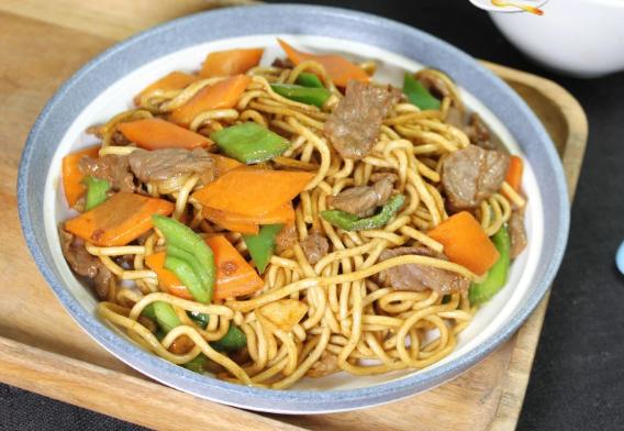 青椒胡萝卜牛肉炒面,5分钟就能出锅,荤素搭配营养又美味
